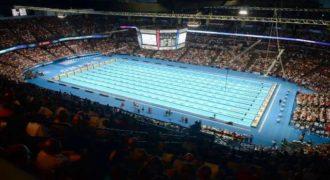 Δείτε πόσο γρήγορα Συναρμολογούνε μια πισίνα Ολυμπιακών διαστάσεων σε ένα γήπεδο μπάσκετ