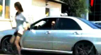 Η κουκλάρα σήκωσε τη φούστα αλλά δεν υπολόγισε τον οδηγό (Video)