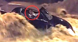 Είχε παγιδευτεί στο Αμάξι της εν μέσω Βιβλικής Πλημμύρας. Μόλις δείτε ΤΙ συνέβη μετά, θα σας Κοπεί η Ανάσα!