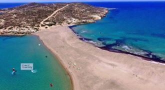 Το νησί στο Αιγαίο που το καλοκαίρι ενώνεται με την στεριά με μια λωρίδα χρυσής άμμου.