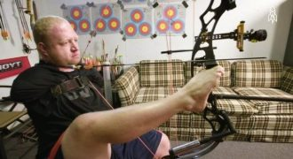 Ο απίστευτος τοξοβόλος που γεννήθηκε χωρίς χέρια (Video)