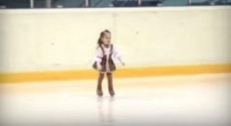 Η 5χρονη παίρνει τη θέση της στο παγοδρόμιο! Μόλις ξεκινάει η μουσική θα πάθετε πλάκα! (VIDEO)