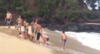 Έσκαψαν την άμμο για να ενώσουν μια λίμνη με τη θάλασσα