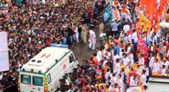 Η εντυπωσιακή στιγμή που ένα πλήθος συντονίζεται για να περάσει ασθενοφόρο