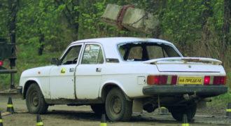 Τι παθαίνει ένα αυτοκίνητο αν πέσει πάνω του ένα μεγάλο κομμάτι τσιμέντο από ύψος 30 μέτρων