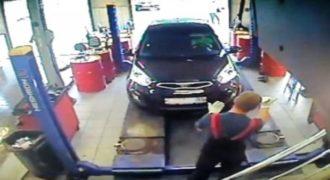 Βίντεο: Γuναίκα μπέρδεψε το γκάζι με το φρένο και «έλιωσε» τον μηχανικό