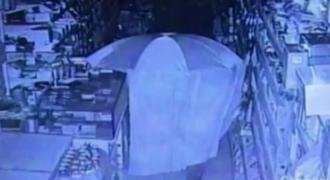 """Απίστευτο video! Κλέφτης """"καβατζώθηκε"""" ώστε να μην τον ανακαλύψουν με τίποτα…"""