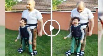Συγκινεί το παράλυτο αγόρι που παίζει με στήριγμα τον μπαμπά του!