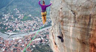 Η πόλη που βλέπετε κάτω, είναι το Λεωνίδιο! Η κοπέλα σχοινοβατεί στα 86 μέτρα και χάνει την ισορροπία της (Video)
