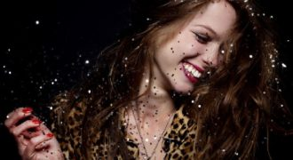 Μη φοβάσαι άνθρωπο που γελά, μιλά και τραγουδά δυνατά!