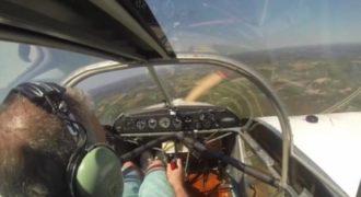Η τρομακτική στιγμή που αεροπλάνο χάνει τον έλικά του στον αέρα (Video)