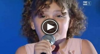Βγήκε στη σκηνή να πει ένα ΠΟΛΥ «Δύσκολο Τραγούδι». Όταν Ξεκινήσει η Μουσική θα «Ανατριχιάσετε!!! [Βίντεο]
