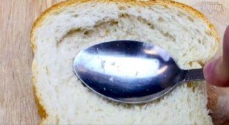 Ξεκίνησε πιέζοντας μία φέτα ψωμί με το κουτάλι. Όταν είδαμε το γιατί, το δοκιμάσαμε κι εμείς και το λατρέψαμε! (VIDEO)