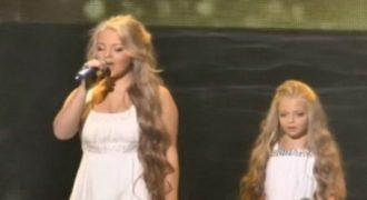 Δύο αδερφές ανεβαίνουν στη σκηνή. Όταν η μεγαλύτερη κοιτάξει ψηλά, θα ανατριχιάσετε (Video)