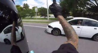 Ασυνείδητος οδηγός Προκαλεί Ατύχημα και Προσπαθεί να το Σκάσει. Δείτε την Αντίδραση του Μοτοσικλετιστή που ήταν από Πίσω!