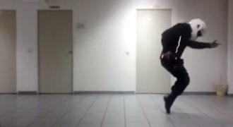 Αστυνομικός της ομάδας ΔΙΑΣ χορεύει Μάικλ Τζάκσον με στολή και κράνος.