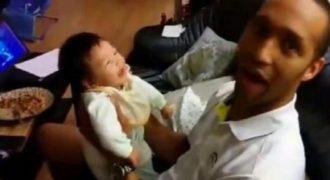 Όταν πήρε αγκαλιά την κορούλα του δεν είχε ιδέα τι θα ακολουθούσε! Το βίντεο που κάνει τον γύρο του διαδικτύου…
