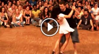 Τράβηξε Μια Κοπέλα να Χορέψουν Μπροστά σε πολύ Κόσμο! Εκείνη τους άφησε όλους άφωνους… (Βίντεο)
