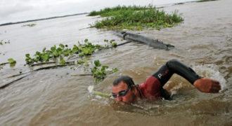 Αυτός ο άντρας κολυμπάει μαζί με πιράνχας στο πιο επικίνδυνο ποτάμι του κόσμου.
