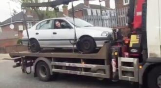 Είδε έναν γερανό να του παίρνει το αυτοκίνητο και αντέδρασε με μια καταστροφική γκάφα (Video)