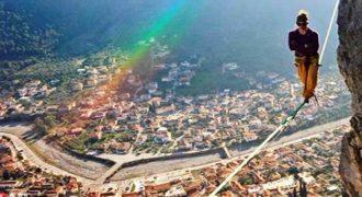 Με κομμένη την ανάσα στο Λεωνίδιο: Ισορροπεί σε σχοινί ψηλά πάνω από την πόλη