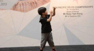 Θα πάθετε πλάκα με τον 6χρονο και τις ικανότητες του στο yoyo! (Video)