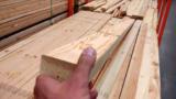 Πήρε ένα κομμάτι ξύλο και άρχισε να το επεξεργάζεται. Το αποτέλεσμα; ΕΞΑΙΡΕΤΙΚΟ…