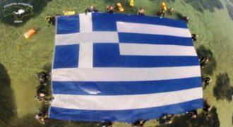 ΒΙΝΤΕΟ: Η μεγαλύτερη ελληνική σημαία κάτω από την θάλασσα!