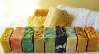 Μάθετε πώς να φτιάχνετε αγνό σπιτικό σαπούνι μόνοι σας.