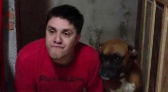 Ένας ιδιοκτήτης μιμείται με φανταστικά αστείο τρόπο τον αγαπημένο του σκύλο