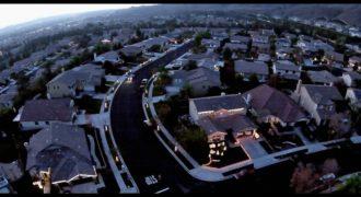 Αρχικά φαίνεται σαν μια Συνηθισμένη Πόλη. Όταν όμως οι Κάτοικοι σβήνουν τα Φώτα συμβαίνει ΚΑΤΙ Μαγικό..!