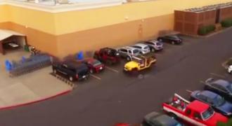 Ο Οδηγός του Κίτρινου Τζιπ περιμένει να Παρκάρει όταν ένας Ασυνείδητος του κλέβει τη Θέση. Δείτε ΠΩΣ τον εκδικήθηκε!