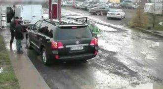 Κατέβηκε από το αυτοκίνητο και του έριξε μια μπουνιά, μετά από λίγο, όμως, έφυγε έντρομος! (Video)