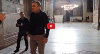 Συγκλονιστικό: Άξιος – Ψέλνει το «Τη Υπερμάχω» μέσα στην Αγία Σοφία και επεμβαίνει η τουρκική αστυνομία (Βίντεο)