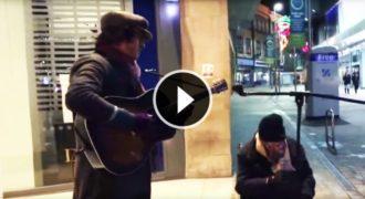 Έπαιζε την Κιθάρα του όταν τον Πλησίασε ένας Άστεγος σε Αναπηρικό Καροτσάκι. Η συνέχεια έχει Κάνει ΟΛΟ τον Πλανήτη να Δακρύσει!