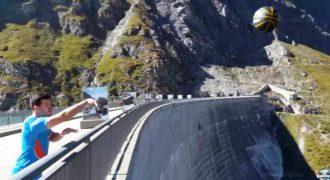 Αυστραλός έσπασε το ρεκόρ Γκίνες βάζοντας καλάθι από τα 180 μέτρα.