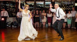 Ο πιο επικός χορός Μπαμπά και Κόρης σε γάμο. Τα δίνουν όλα στο χορό! Δείτε  βίντεο!