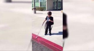 Λένε σε αυτό το τυφλό αγόρι να κατέβει από το πεζοδρόμιο. Μετά τα πρώτα βήματα, βουρκώσαμε…