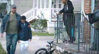 Μπαμπάς περνά με τον φοβισμένο γιο του, δίπλα από τους νταήδες της γειτονιάς. Δείτε όμως τι συμβαίνει αμέσως μετά (βίντεο)