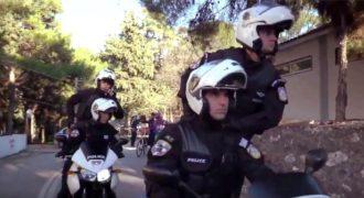 Η Ελληνική Αστυνομία κάνει Mannequin Challenge και εύχεται χρόνια πολλά και καλές γιορτές.