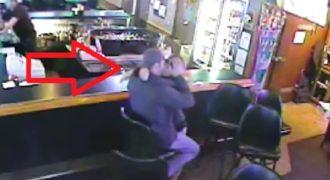 Δεν υπάρχει αυτό! Έδιναν φιλιά πάνω στο μπαρ και εκείνη την ώρα έγινε αυτό που δεν περίμενε κανείς (Βίντεο)