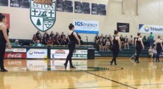 Οι Χορεύτριες παίρνουν τις Θέσεις τους στο Κέντρο του Γυμναστηρίου. Μόλις ξεκινάει η Παράσταση; Το Κοινό ξεσπάει σε Λυγμούς!