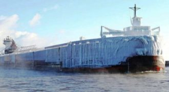 Πλοίο «παγόβουνο» μπαίνει σε λιμάνι στις ΗΠΑ! (video)