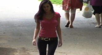 Αυτό το κορίτσι ξέρει.. να τραβάει τη προσοχή των αντρών!