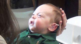 Μωράκι 3 μηνών ακούει για πρώτη φορά τις φωνές των γονιών του.