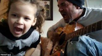 Μπαμπάς και κόρη ροκάρουν! Δείτε την πιο ανατρεπτική hard-rock εκτέλεση χριστουγεννιάτικων τραγουδιών!