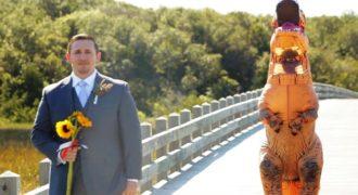 Νύφη φόρεσε στολή τυρανόσαυρου για να κάνει φάρσα στον γαμπρό