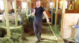 Αγρότης χορεύει Σια στον στάβλο του και γίνεται αυτομάτως διάσημος για καλό σκοπό