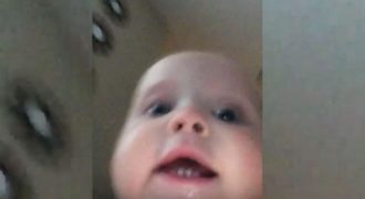 Μπέμπης αρπάζει το Κινητό της Αδερφής του και Τρέχει ενώ η Κάμερα είναι ανοιχτή. Δείτε το Απίστευτο Βίντεο που Κατέγραψε!