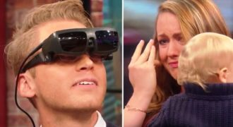 Τυφλός άντρας βλέπει για πρώτη φορά την γυναίκα και το παιδί του και καταρρέει από τη συγκίνηση.